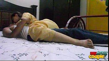 Скучающая молодуха мастурбирует у себя в комнатке страпоном