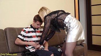 Медработница ощупывает литые буфера пациентки в серой майке