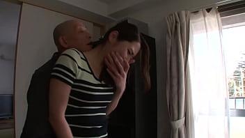Два негра маляра огромными пенисами поимели милфу домохозяйку в рот и вульву