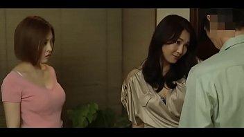 Женщина перед камерой плохо мнёт ладонями свои литые упругие груди