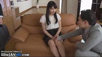 Мужчина перед камерой дрючит приличных размеров пенис в глотку жене
