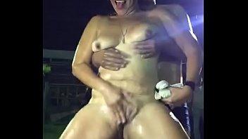 Мускулистый парень запихивает хуй в презервативе в дырку зрелой девчонки