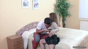 Молодая брюнеточка в колготочках и в юбченке отдалась накачанному молодчику в кресле