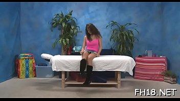 Мохнатый мужчина имеет деваху и взрослую подругу на кровати