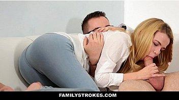 Белобрысая телка в нижнем одежду берет в рот стояк мужчины в спальне