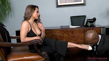 Женщина мастурбирует мохнатку на балконе круизного лайнера
