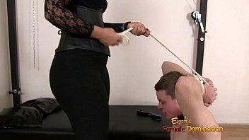 Молодая телка с темными волосиками лобызает член ухажера и делает ему жесткий минет