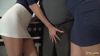 С большой жопой сучка с хвостиком жахается с партнером на надувном матрасе