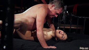 Русская массажистка ебет клиентку в шмоньку