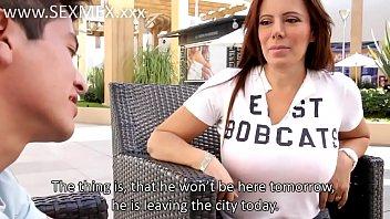 Маша надевает одежду и джинсы перед скрытой камерой
