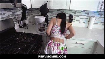 Узкоглазая массажистка пишет розовую юбочку и приседает на хую клиента