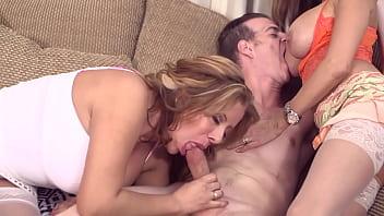 Молодая девка достает нереальный кайф от мастурбации страпон