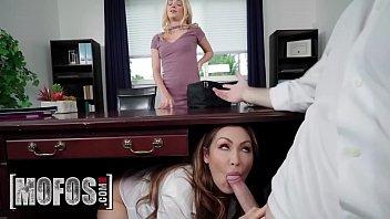 Горячие лесбиянки на сеансе массажа ебут попки секс приспособлениями