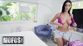 Стриптиз и секс помогают девушке выбраться из неловкой ситуации