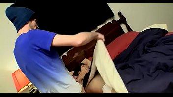 Одетая милфа с коротенькой стрижкой преобладает над племянником на полу и на диване