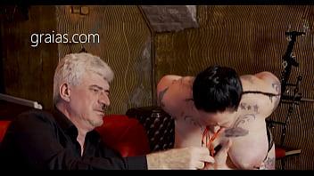 Длинноволосый мужик пытается стать качком, а девчоночка ему помешала