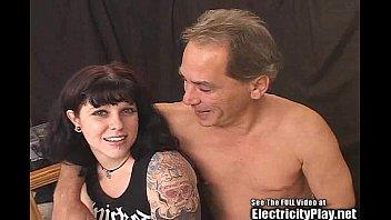 Красотуля зарядила парня позитивом на весь день, занявшись с ним сексом