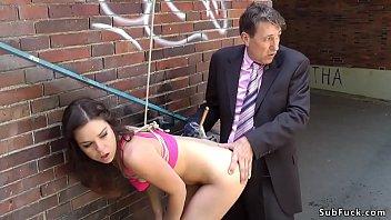 Молодая худышка со худыми ногами сбросила пальто и занялась мастурбацией