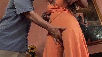 Узкоглазая нимфоманка сладострастно мастурбирует пизду до женского оргазма