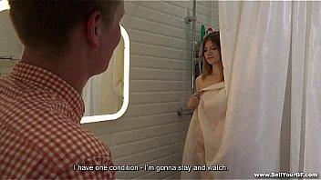 Молодая дама в синем труселя позирует напротив вебкамеры