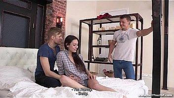 Развратная брюнеточка возбуждается и занимается порно с благоверным
