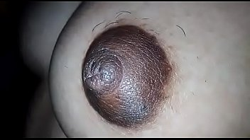 Молодая девчоночка моется в ванне и дрочит возбужденную половую щелочку
