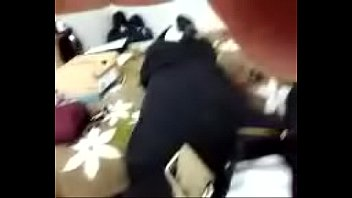 Шлюха-домохозяйка с объемными сиськами дрочит вульву через черные колготки