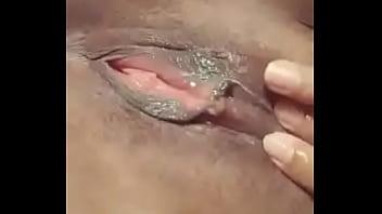 Красивенькая брюнетка с татуированной ступней прыгает на большом стволе партнера