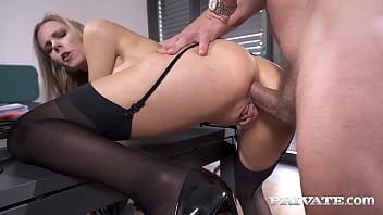 Секс клиентки в масле с развратным массажистом на каталке
