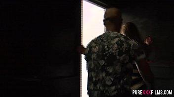 Милфа в темном платье нужно в дверном проеме и разминает большие дойки
