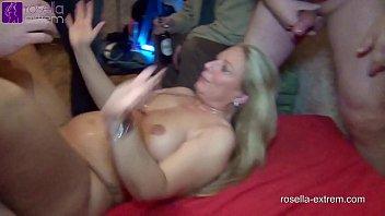Невероятная блондиночка показала свое мастерство в глубоком минете за бутылку вина